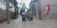 濮阳一村庄暴雨积水产妇被困 消防赶到救援 - 河南一百度