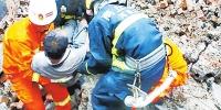 商丘一民房因暴雨突然坍塌 消防员徒手刨废墟救出被埋男子 - 河南一百度