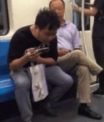 男子地铁随地吐痰 边上大爷进行劝阻反被怼:你上海有几套房子 - 河南频道新闻