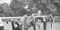 郑州86岁老太公园练绝活 金鸡独立、倒挂金钩、一字劈腿so easy - 河南一百度