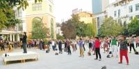 郑州一家幼儿园为治放学拥堵出奇招 让三四千名家长提前进园健步走 - 河南一百度