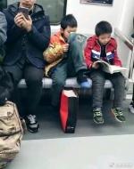 郑州地铁上的最美读书郎!给老人让座后蹲地继续看书 - 河南一百度