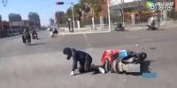 郑州外卖小哥送餐途中被撞满脸血 擦干血后继续送餐 - 河南一百度