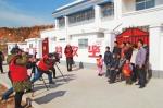 摄影志愿者为内乡县贫困户拍摄全家福 - 人民政府