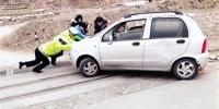 轿车在火车道上抛锚 郑州交警帮忙推走化险为夷 - 新浪河南