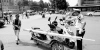 郑州警方近期严查电动自行车违法载人载物行为:一车载三四人 当场罚款 20元 - 河南一百度