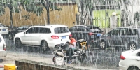 外卖小哥顶着大雨送外卖,如果他来了请不要责备 - 河南一百度