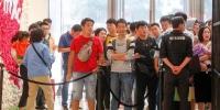 史上最贵iPhone郑州开售!上午10点已有200多人排队 - 河南一百度