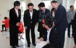图为与会领导现场观摩比赛 - 残疾人联合会