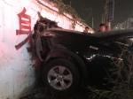 疑因油门当刹车,一SUV冲过马路撞上墙 - 河南一百度