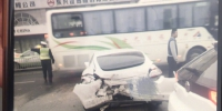 今晨,郑州街头突发4车事故,保时捷车主疑弃车至今未归 - 河南一百度