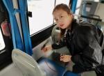 出门手机电量不足咋办?咱郑州公交车上有USB接口 还有充电线 - 河南一百度