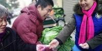 大冷天街头为啥恁热闹? 8000斤萝卜白菜免费送! - 河南一百度