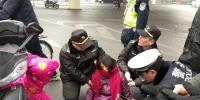 郑州街头女子突然摔昏在地,接下来的一幕太暖了! - 河南一百度