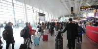 春运首日,郑州机场客流升温,全自助一体机设备上线! - 河南一百度