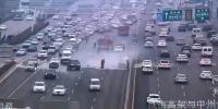 郑州中州大道上一辆私家车自燃 - 河南一百度