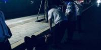 郑州街头!小伙夜间突然倒在地铁口 - 河南一百度