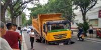 郑州一道路被渣土车压塌,塌陷最终原因确定! - 河南一百度