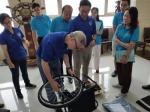 图为工作人员现场调试轮椅 - 残疾人联合会
