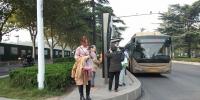 郑州一公交站台40厘米高引质疑!最新进展来了 - 河南一百度