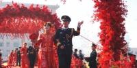 """向幸福出发:""""双十一""""火箭军116对新人喜结连理 - 中国新闻社河南分社"""