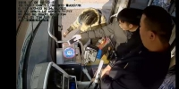 手机还能这样用?郑州一小伙坐公交车,付钱方式笑哭众人 - 河南一百度