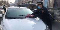 路上车辆乱停乱放,郑州城管交警贴条温馨提醒 - 河南一百度