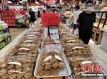 图为中秋节临近,市场上月饼占据销售主角。韩章云 摄 - 中国新闻社河南分社