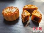 这款胡辣汤味月饼,外观还是很养眼的。韩章云 摄 - 中国新闻社河南分社