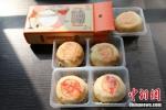 图为某品牌的鲜肉大闸蟹味、芥末三文鱼味、鲜肉小龙虾味月饼(从上至下)。韩章云 摄 - 中国新闻社河南分社