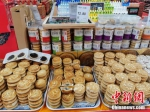 图为今年中秋节,简化包装的月饼价格更加亲民。韩章云 摄 - 中国新闻社河南分社