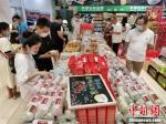 图为中秋节临近,众多消费者选购月饼。韩章云 摄 - 中国新闻社河南分社