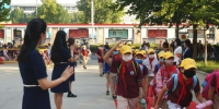 9月22日,郑州市小学二至六年级学生开学返校。图为小学生们返校开学。中新社记者 韩章云 摄 - 中国新闻社河南分社